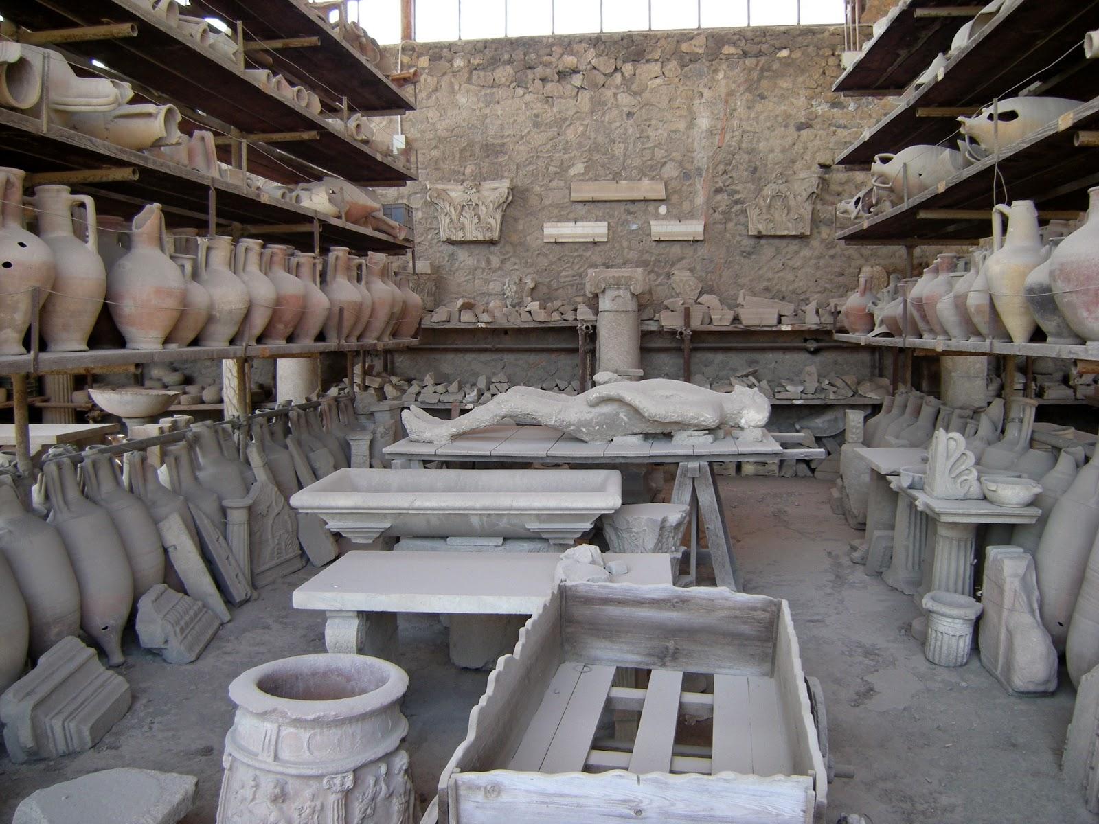 Restos Arqueológicos hallados en la ciudad de Pompeya, desde vasijas hasta restos humanos.
