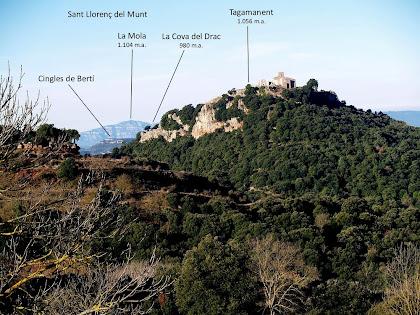 Panoràmica del Tagamanent i al seu darrera Sant Llorenç del Munt, Montserrat i els Cingles de Bertí