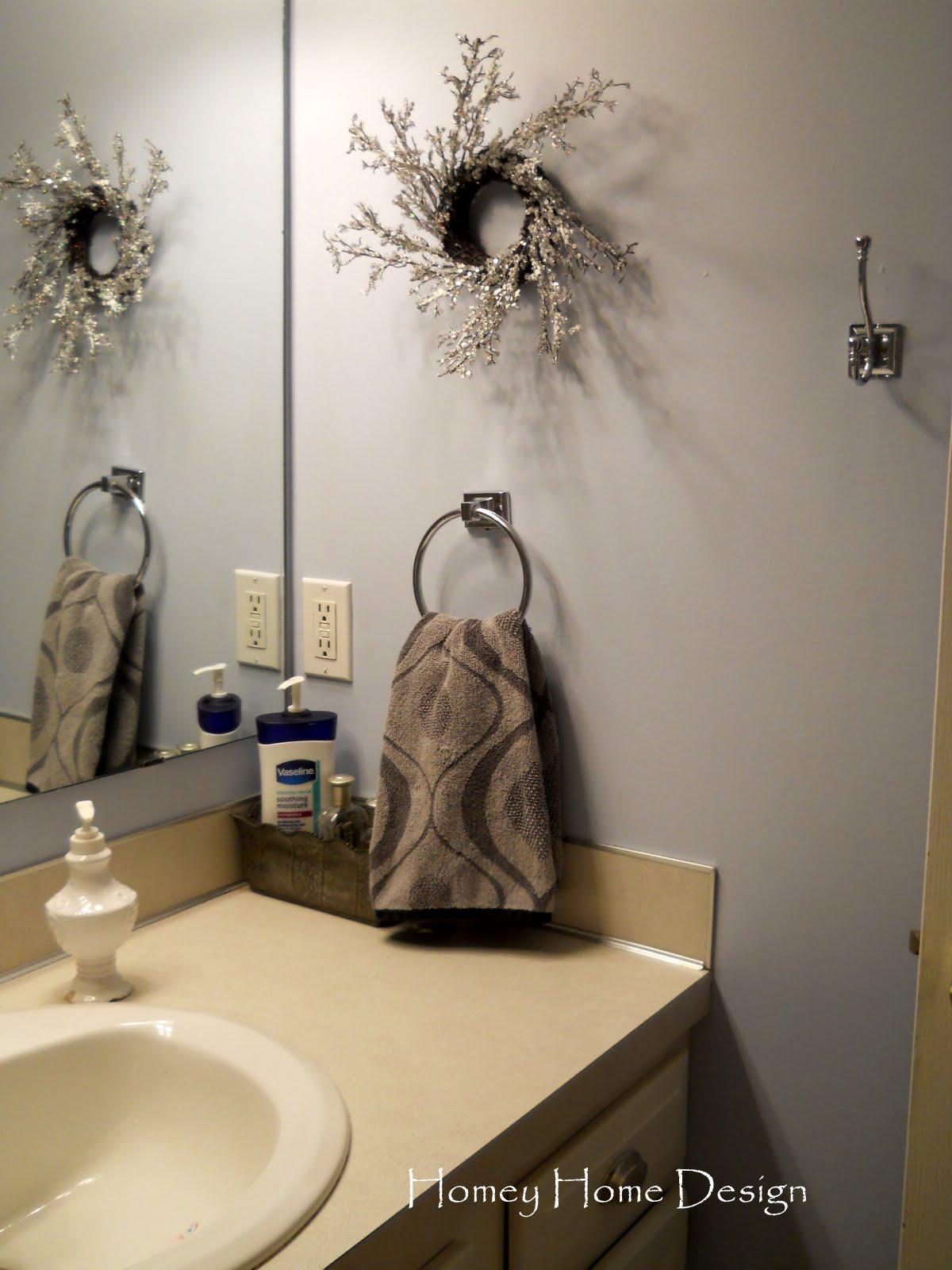 Homey home design christmas in the bathroom for Christmas bathroom decor