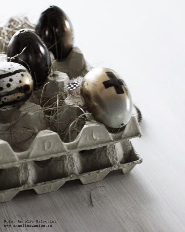 diy, påskpyssel, påsk, påsken 2015, påskpyssla, pyssel, pyssla, guldägg, guld, golden, egg, eggs, kors på ägg, äggen, äggkartong, äggkartonger, svart vitt och guld, sprayfärg, sprayfärga, färg, färga, fjädrar, fjäder, fjädern, fjädrar, vitt,
