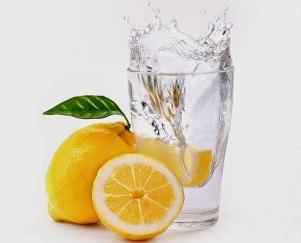 Celebra apa calda cu lamaie bauta dimineata, pe stomacul gol. Beneficii