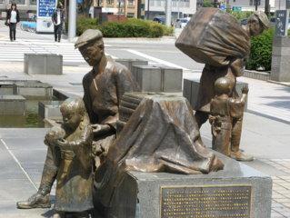 「冨山の薬売り」像 (冨山駅前 「ノーベル街道」の起点)