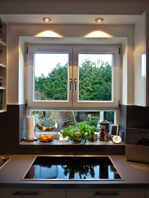 Beleuchtung Arbeitsflächen Küche. Die Wand Und Der Stehtisch Auf Der  Anderen Seite Des Raumes Werden Durch Spots Von Der Decke Aus Beleuchtet.