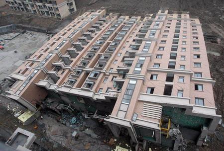 Palazzo di 13 piani si ribalta