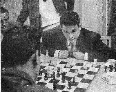 Ramón Cué jugando ajedrez