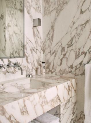 Val rie adoooore le marbre blanc pour la salle de bain for Salle bain marbre blanc