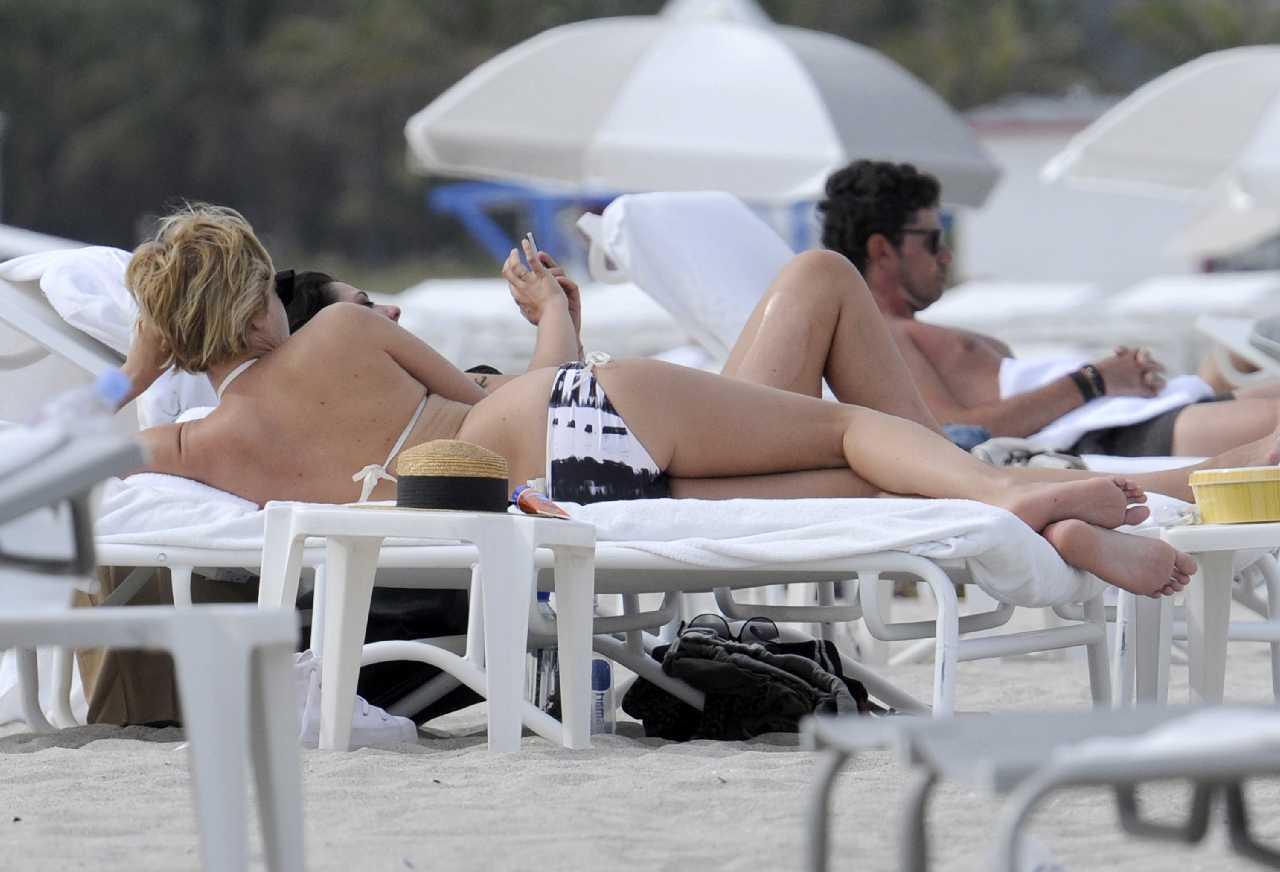http://4.bp.blogspot.com/-dqn6EIdFg3M/T59bRha2PXI/AAAAAAABPW4/_36t6k85MEM/s1600/Chloe+Sevigny+paraded+her+black+&+white+tie-dye+bikini+on+Miami+sun+lounger+16.jpg