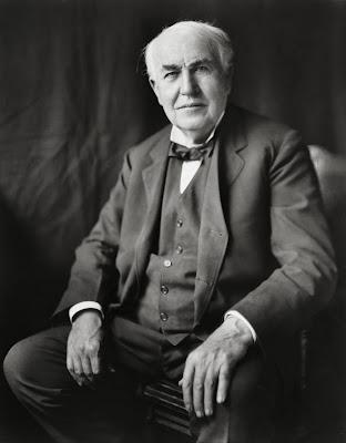 Wikipédia:Thomas Alva Edison (Milan, Ohio, 11 de Fevereiro de 1847 — West Orange, Nova Jérsei, 18 de Outubro de 1931) foi um inventor, cientista e empresário dos Estados Unidos que desenvolveu muitos dispositivos importantes de grande interesse industrial. O Feiticeiro de Menlo Park (The Wizard of Menlo Park), como era conhecido, foi um dos primeiros inventores a aplicar os princípios da produção maciça ao processo da invenção