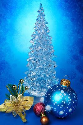 Postales navideñas con pinito de navidad, esferas y regalos.