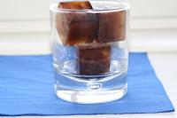 Bu sıcak yaz günlerinde serin serin içeceğiniz buz küplü süt hazırlamaya ne dersiniz?  Yapılışı çok kolay ve şık olan serinletici bir içecek...Bakın nasıl hazırlıyoruz...