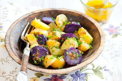 Kies kleine, biologische, kleurrijke aardappels voor een gezonde aardappelsalade