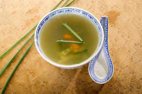 Tigela com sopa chinesa