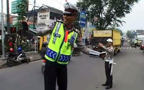 Woow, Aksi Polisi Cimahi Urai Kemacetan Dengan Berjoget Dangdut