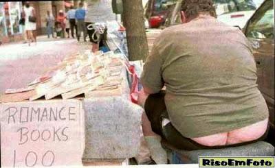"""Homem vende livros de amor mostrando o """"cofrinho""""no bundão."""