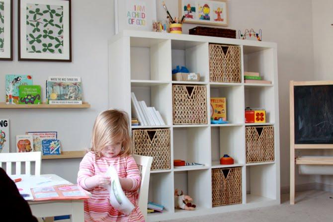 Otrhabitaci n infantil con una estanter a expedit baby deco - Ikea estanterias ninos ...