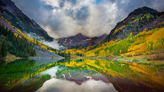 Maroon Lake and the Maroon Bells peaks, Colorado (© Inge Johnsson/Alamy) 668
