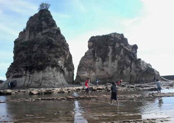 Bermain sekitar Pantai Sawarna