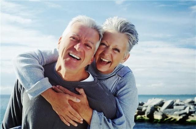 пожилая пара улыбается