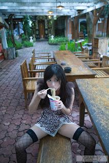 Nana-Ogura-Eats-Noodle-in-Bali