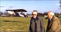 Bill Goldfinch y Jack Best con la réplica del planeador