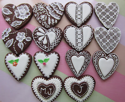 "Galletas chocolate decoradas con glasa y tecnicas BrushEmbroidery"" y ""LaceEmbroidery"""
