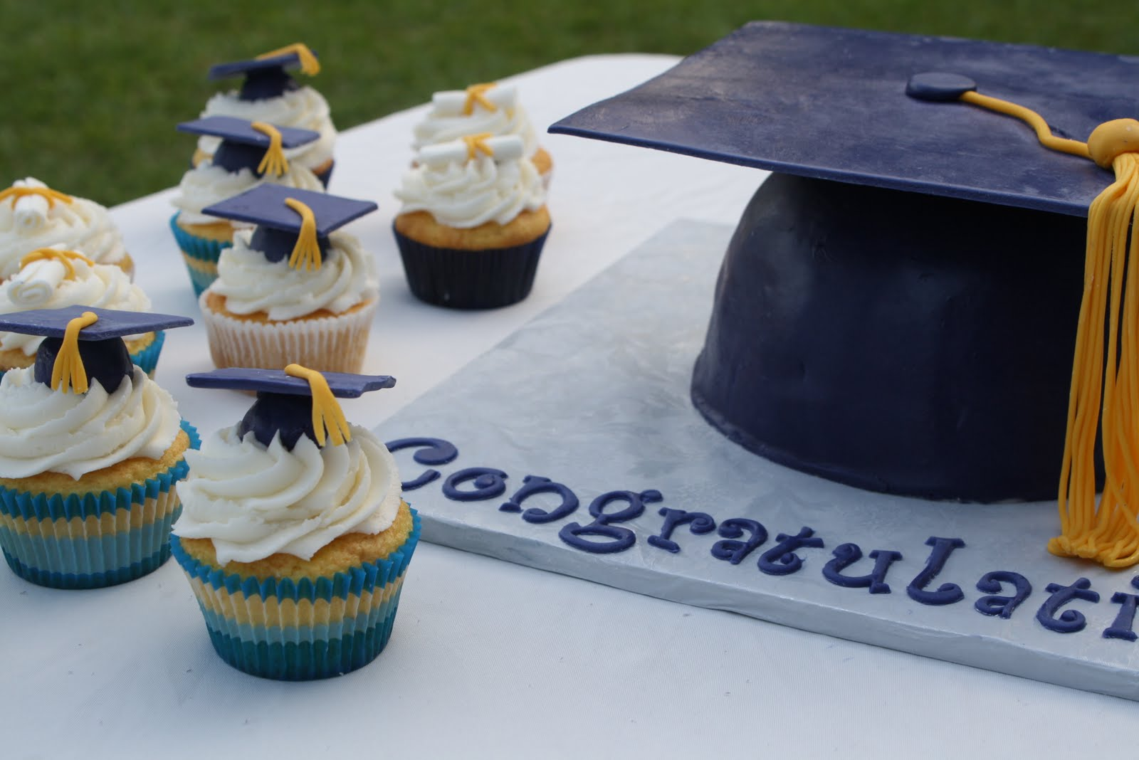 Graduation Cake Recipes Pictures : Graduation Cap Cake and Cupcakes - Rose Bakes