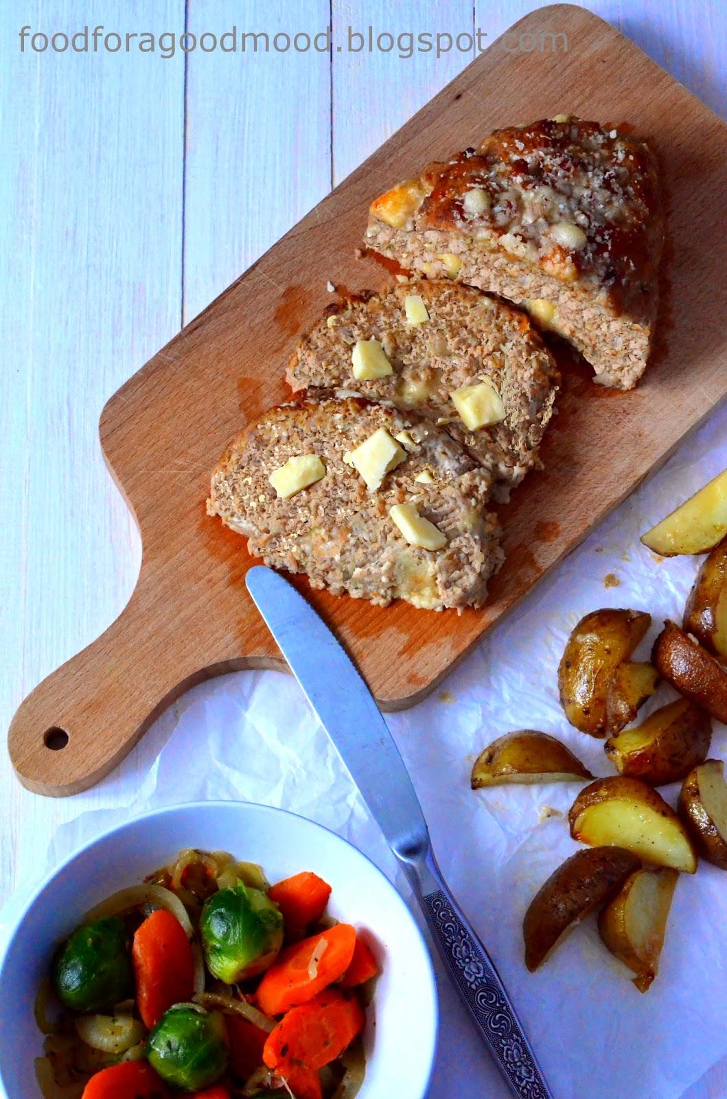 Pomysł na kompletny obiad. Pieczeń z mięsa mielonego w zmodyfikowanej wersji, z dwoma rodzajami sera. Jako dodatek - pieczone ziemniaki i mix warzyw z tymiankiem. Zaletą tak przygotowanego mięsa jest możliwość jedzenia go również na zimno, np. zamiast wędliny. Smakuje wyśmienicie w obu wersjach.