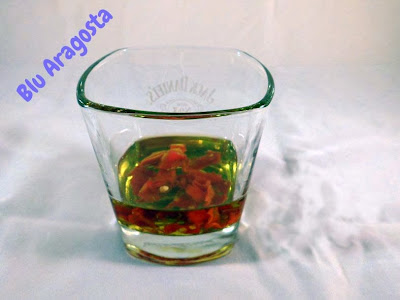 I peperoncini in infusione nell'olio
