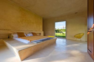 Dormitorio principal de la casa con tarima de concreto