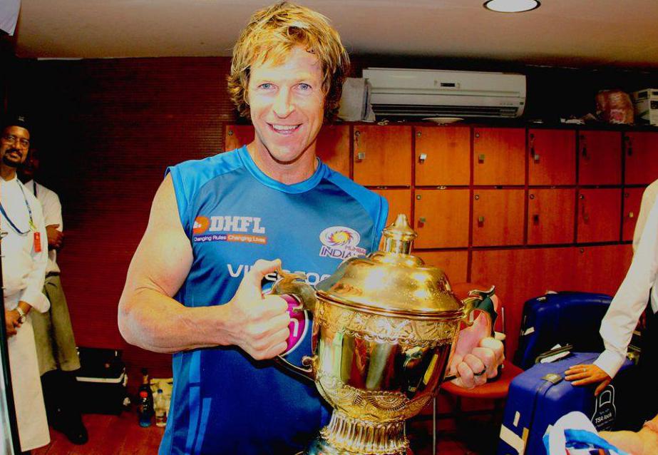 Jonty-Rhodes-celebrates-MI-Win-IPL-2013