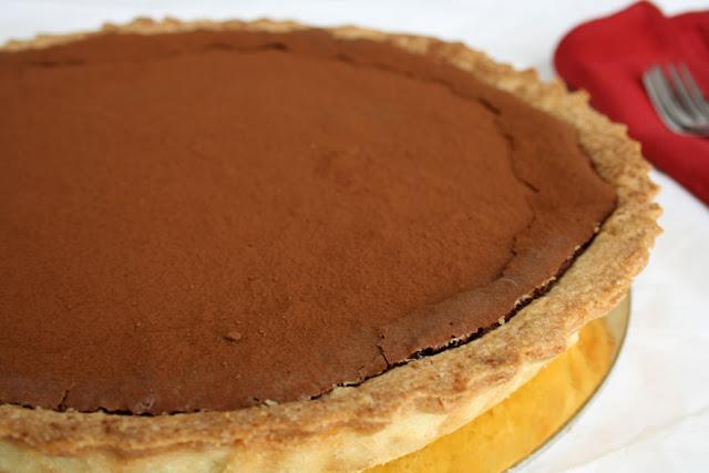 Crostata con crema meringata al cioccolato, caramello e nocciole
