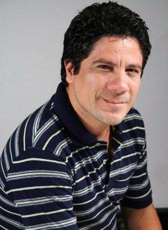 Bruno Odar con una leve sonrisa