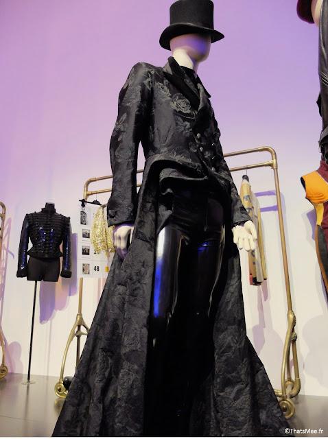 Costume homme sexy redingote et vinyle sky cuir  chapeau haut de forme Jean-Paul Gaultier, expo JPG Grand Palais Paris