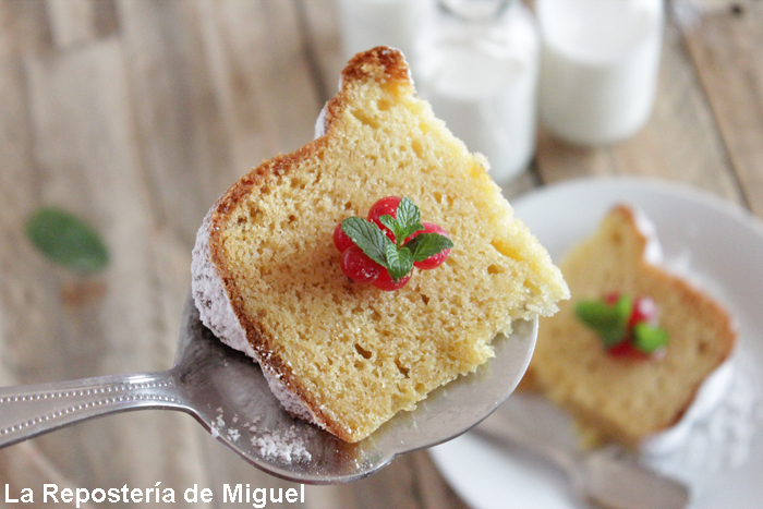 Una porción de bizcocho de nata sobre una pala con la se sirve.
