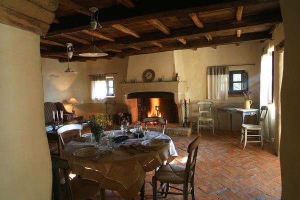 comedor y salon de una casa del hotel villa