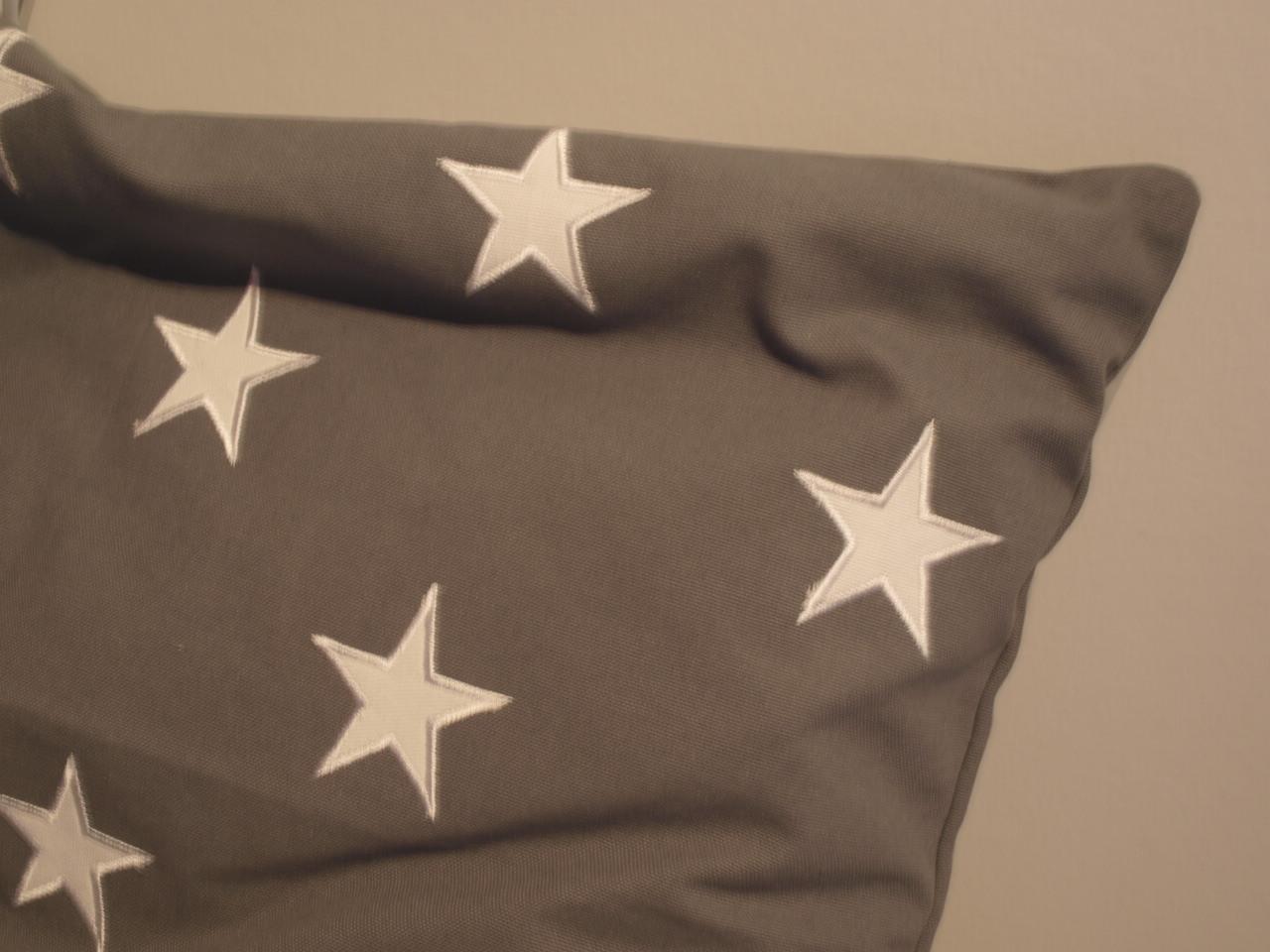grå kudde med vit stjärna