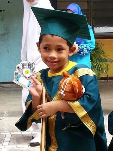 Azfar telah tamat Pra Sekolah