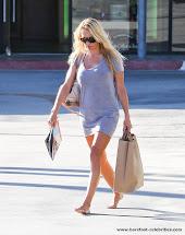 Pamela Anderson Walking Barefoot In Public - Frompo