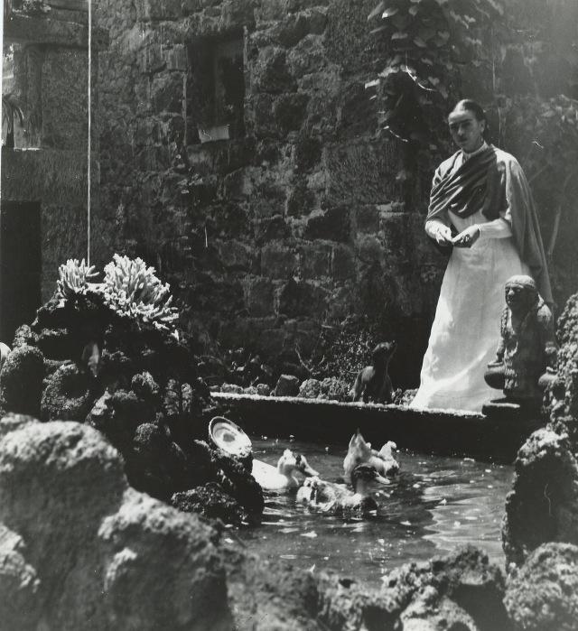 L'artiste Frida kahlo photographié chez elle au méxique par la photographe Gisèle Freund