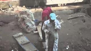 Индийский строитель гонятся за лазером