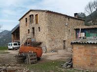 La masia de La Baumeta sota el Serrat de Sant Isidre