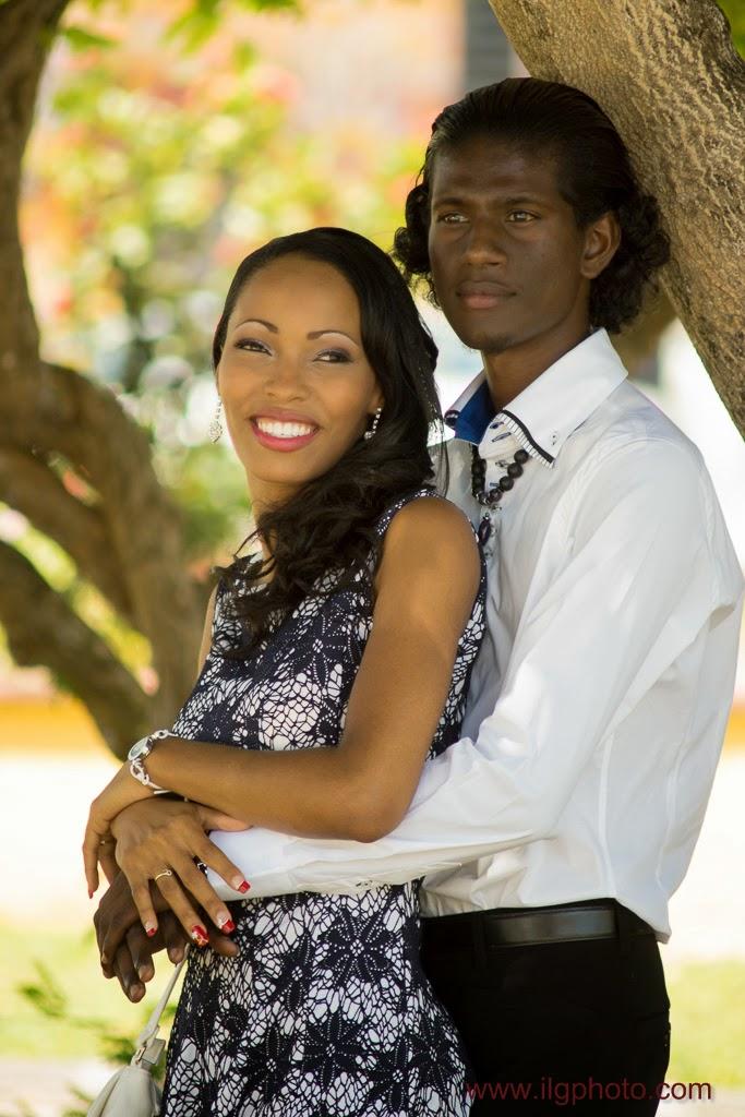 portraits des mariés sous un arbre