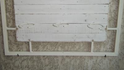 Quadro da horta vertical fixo na parede da varanda