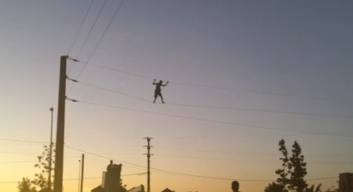 شاب مغربي يمشي على أسلاك كهرباء الضغط العالي خطير جدأ !!