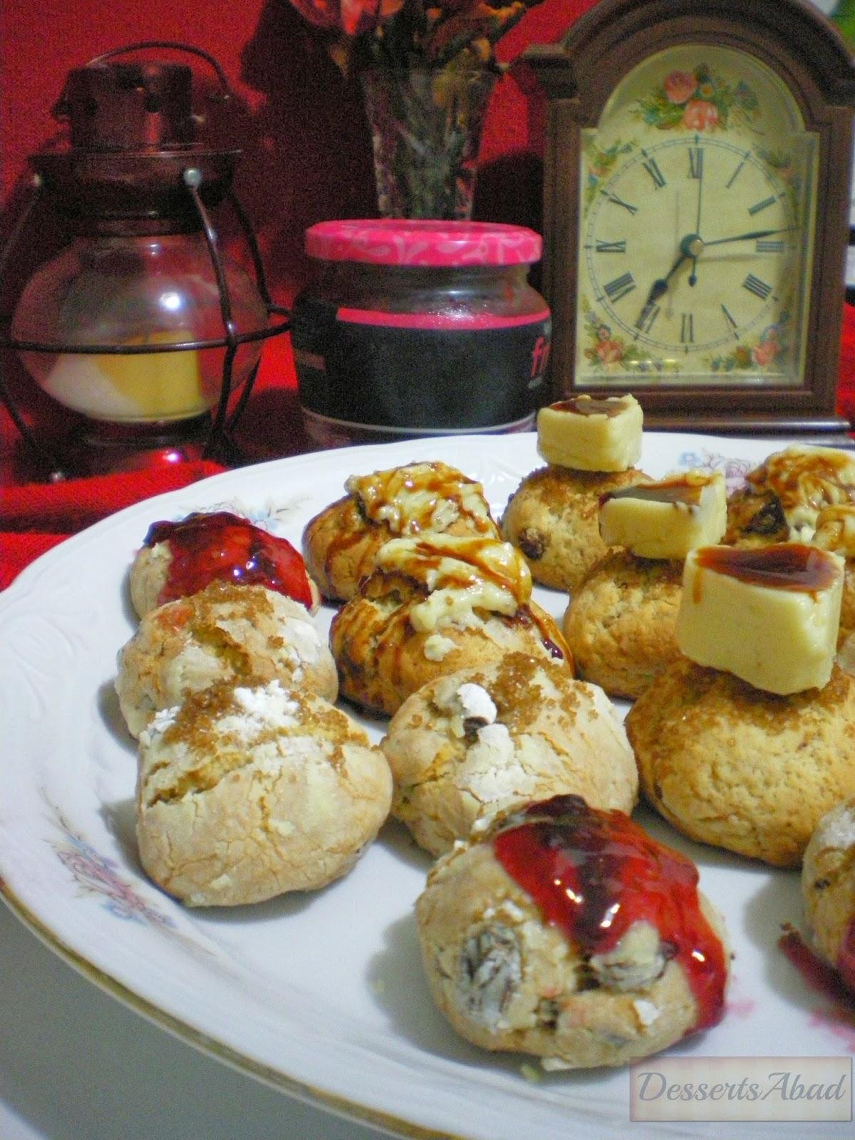 Panecillos dulces con pasas y fruta escarchada