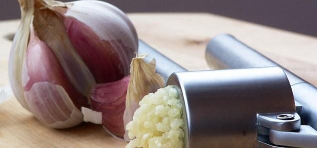 دراسة تثبت الإعجاز النبوي في أن فص ثوم يعادل جميع الأدوية و كيف نصحنا الرسول بأكله
