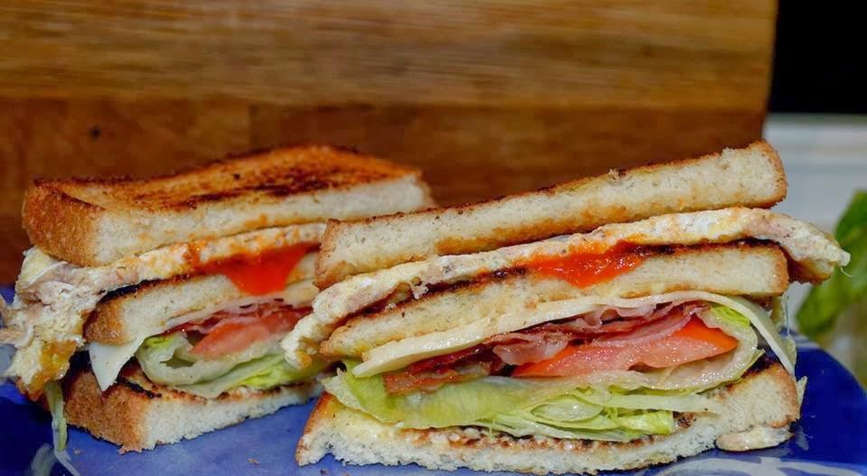 Sándwich de beicón y atún