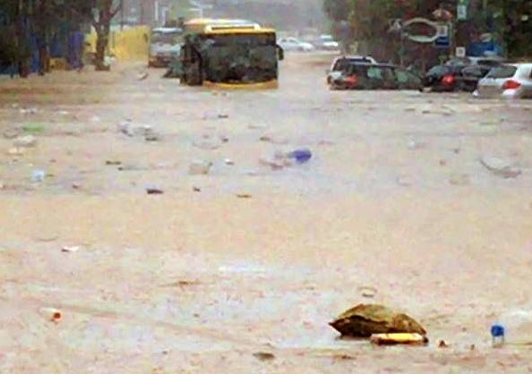 Las fotos del rescate de la guagua inundada Martín Fraire bomberos las palmas