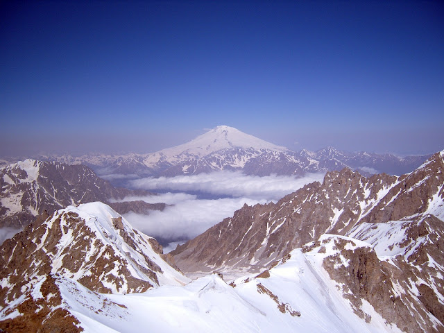 Небо Кавказа. Казбек, Эльбрус, Джейрах. Облака над горными вершинами - страна чудес.