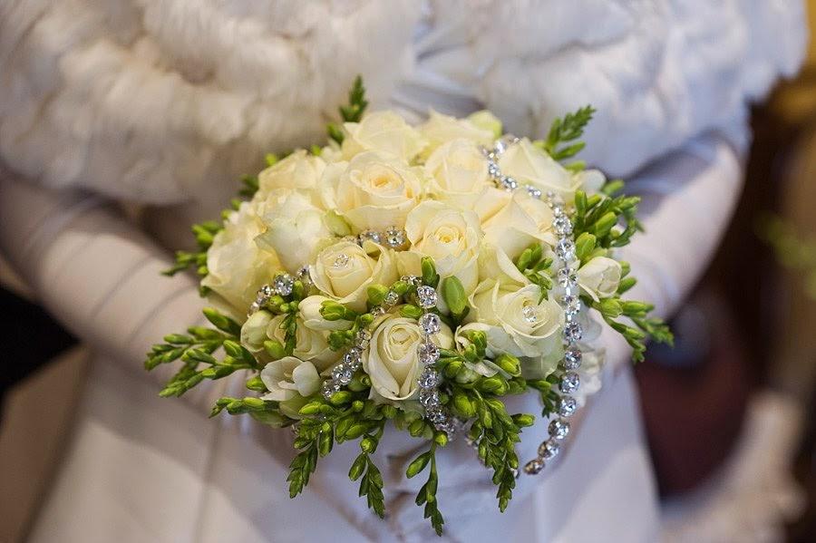 Bouquet di rose bianche con fili di strass